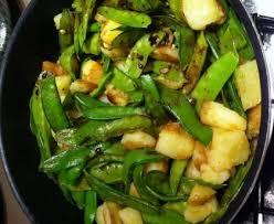 cuisiner des pois mange tout poêlée de pois gourmands et pommes de terre recette de poêlée de