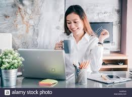image pause café bureau businesswoman prendre une pause café après avoir travaillé à l