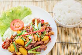 feu vif cuisine poulet fait sauter à feu vif par cuisine thaïlandaise avec des