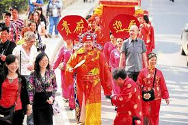 foreigner holds traditional wedding ceremony in wuhan