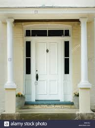Ziegelhaus Weiße Tür Klopfer Und Riegel Mit Weißen Säulen In Gelb Lackierte