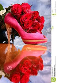 composition florale avec des roses composition avec les roses rouges et la chaussure femelle rose