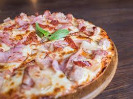 cuisiner une pizza pizza lardons jambon recette de pizza lardons jambon marmiton