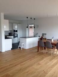 holzboden k che offene küche mit insel weiß grau in kombi mit eichenboden und