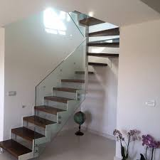 ringhiera metallica struttura a salterello in metallo bianco gradini in legno e