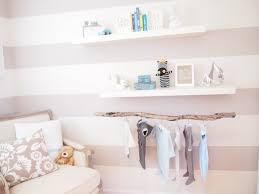 peindre chambre bébé peinture chambre bébé couleurs pastel papier peint rayures pâle