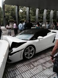 crashed red lamborghini hotel valet crashes customer u0027s lamborghini gallardo