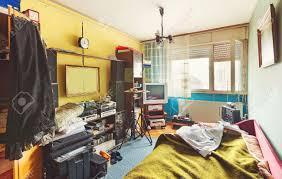 appareil photo chambre intérieur de la chambre en désordre beaucoup de choses différentes