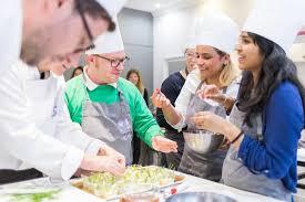 cours de cuisine en groupe cooking lesson in in cour des créateurs