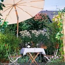 kletterpflanzen fã r balkon pinkfarbene sitzgruppe auf dem bunten balkon roomido