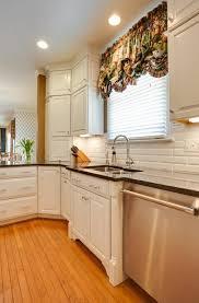 cuisine blanche moderne cuisine extérieure moderne les suspendues en métal carreau