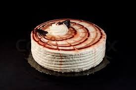 kuchen auf einem teller auf einem schwarzen hintergrund stockfoto