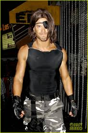 halloween snake kellan lutz u0027s muscles are put on display for snake plissken