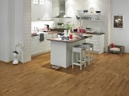 cuisine sur parquet parquet dans la cuisine ou la salle de bain à faire ou à éviter
