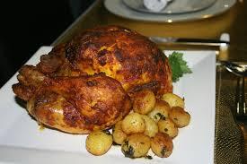 cuisiner un poulet roti poulet rôti farci et ses pommes de terre nouvelles dans ma modeste