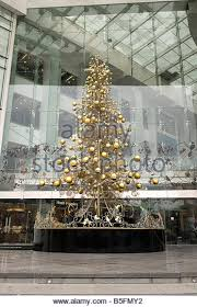 christmas tree in shopping arcade stock photos u0026 christmas tree in