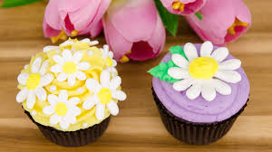 Decorating With Royal Icing Royal Icing Daisy Cupcakes Spring Cupcakes From Cookies Cupcakes