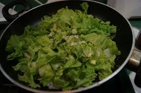 cuisiner le chou chinois chou chinois juste sauté à la poêle dans la cuisine de françoise