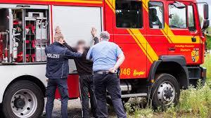 Feuerwehr Bad Kreuznach Verkehrsteilnehmer Findet Ehepaar Mit Pkw In Böschung Und