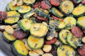 cuisiner des courgettes à la poele recette bio poêlée de courgettes amandes chorizo curry et