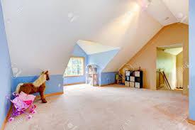 Wohnzimmer Decke Blau Dachgeschoss Wohnzimmer Mit Spielzeug Und Spielplatz Mit Vaul