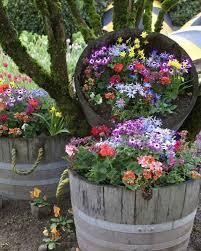 imagenes de jardines pequeños con flores como decorar un jardin de flores pequeño con barricas de vino