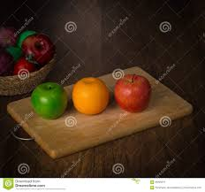 le de bureau verte pomme verte pomme et orange sur la plaque de découpage et les