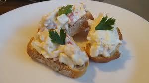 canape de canapé de palitos de surimi mayonesa y huevo fácil aperitivos