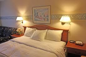 chambre avec chambre avec lit king motel le jolibourg motel le jolibourg