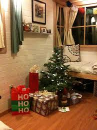 Small Table Christmas Decoration by 16 Small Space Christmas Decorating Ideas Tiny House Christmas