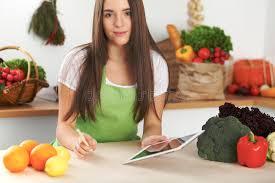 faire r馘uire en cuisine la femme de brune regarde une nouvelle recette pour faire