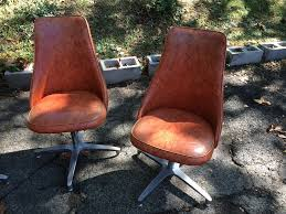 Vintage Swivel Chair Set Of Four Orange Vinyl Swivel Chairs On Metal Bases Attainable
