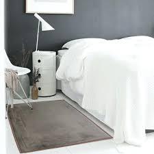 tapis chambre pas cher tapis de lit photo ambiance tapis chambre descente de lit taupe