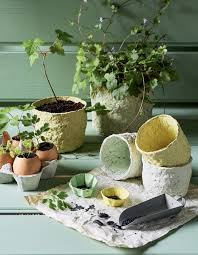 decoration avec des pots en terre cuite diy recyclage des petits pots en papier mâché pour le jardin