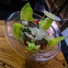cuisine estivale table bois bol transparent salade poulet tomate cuisine recette
