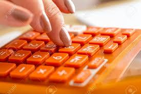 calculatrice graphique bureau en gros gros plan de comptable femme appuyant numéro huit sur la