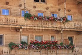 geranien balkon rot weiß und rosa blühenden geranien in den blumenkästen auf dem