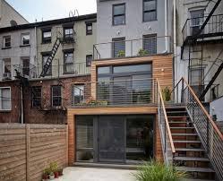 balkon mit treppe schmales haus in zwei stockwerken gebaut ideen für draußen
