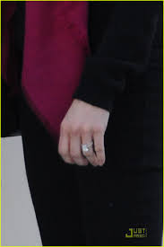 reese witherspoon engagement ring reese witherspoon shows engagement ring photo 2508183