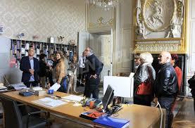 bureau maire de dijon dijon le maire accueille des visiteurs dans bureau