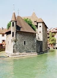 tiny island of homes in annecy france entouriste