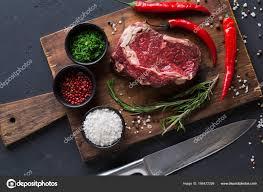 bureau steunk bifteck de faux filet aux épices sur un bureau en bois à fond noir