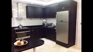 installer cuisine equipee rã alisation et installation cuisine ã quipã e noir la famille