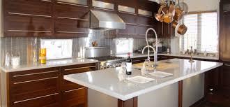 cuisine au milieu de la cuisine contemporaine verre givré acide blanc tiroir à