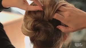 cuisiner les chignons chignon romantique pour cheveux frisés coup de pouce
