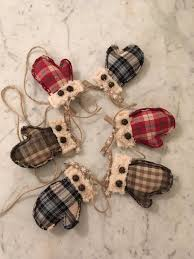 Half Off Christmas Decorations by Best 25 Primitive Christmas Decorating Ideas On Pinterest Diy