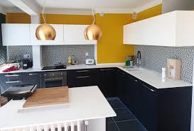 cuisine moutarde réalisation d une cuisine en noir et blanc crédence très graphique