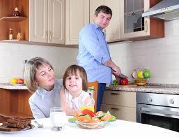 cuisine en famille la famille prend le petit déjeuner dans la cuisine photo stock