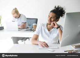 recherche ordinateur de bureau souriant homme afro américain aide ordinateur bureau recherche