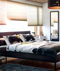 chambre anglais chambre lit un cadre de lit noir et brun foncac dans